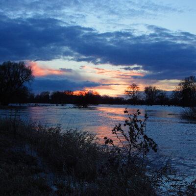 Widok na rzekę o zachodzie słońca