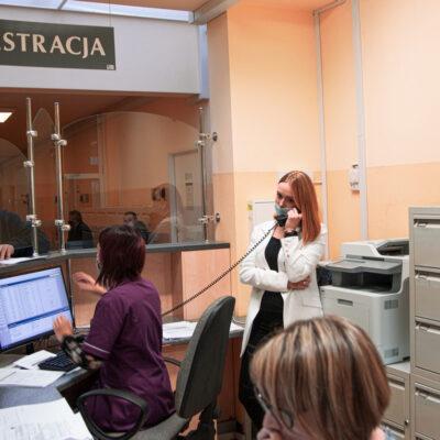 Pacjenci i pracownicy w przychodni