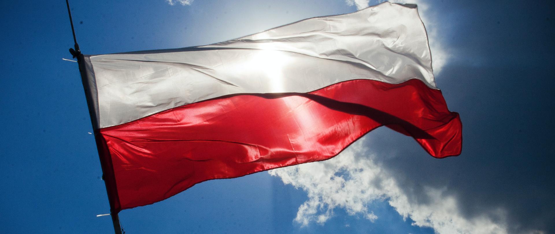 Flaga Polski na wietrze