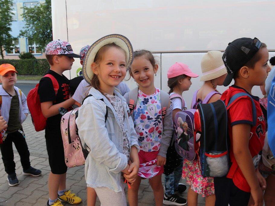 Dzieci przy autobusie